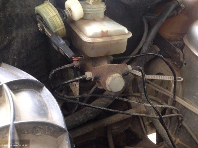 Главный тормозной цилиндр ВАЗ-2110 под капотом