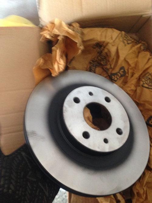 Тормозной диск TRW на ВАЗ-2110 извлечён из упаковки