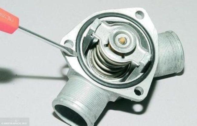 Уплотнительное резиновое кольцо на термостате ВАЗ-2110
