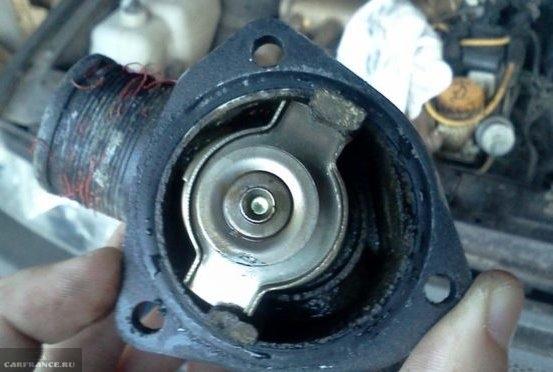 Заклинивший клапан в термостате, снятом с 8-клапанного двигателя ВАЗ-2110