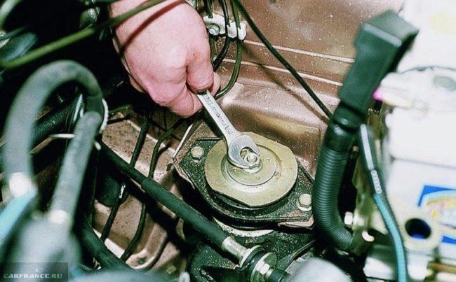 Центральная гайка крепления левой подушки двигателя в ВАЗ-2110