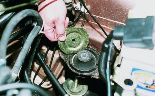 Верхний ограничитель подушки двигателя в автомобиле ВАЗ-2110