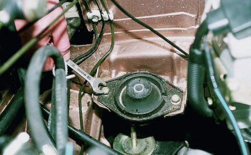 Болты крепления левой подушки двигателя в ВАЗ-2110