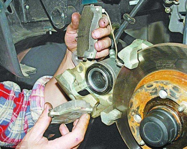 Процесс замены передних колодок ВАЗ-2110
