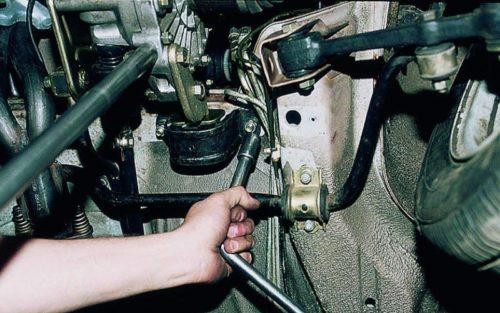 Крепление задней опоры 8-клапанного двигателя к кузову в автомобиле ВАЗ-2110