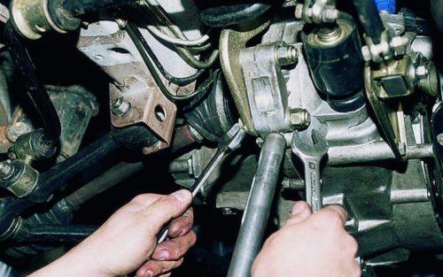 Крепление опоры 8-клапанного двигателя к коробке передач в ВАЗ-2110