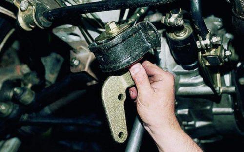 Снятие задней опоры двигателя в автомобиле ВАЗ-2110