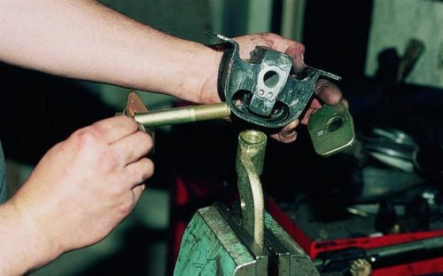 Разборка в тисках задней подушки двигателя ВАЗ-2110