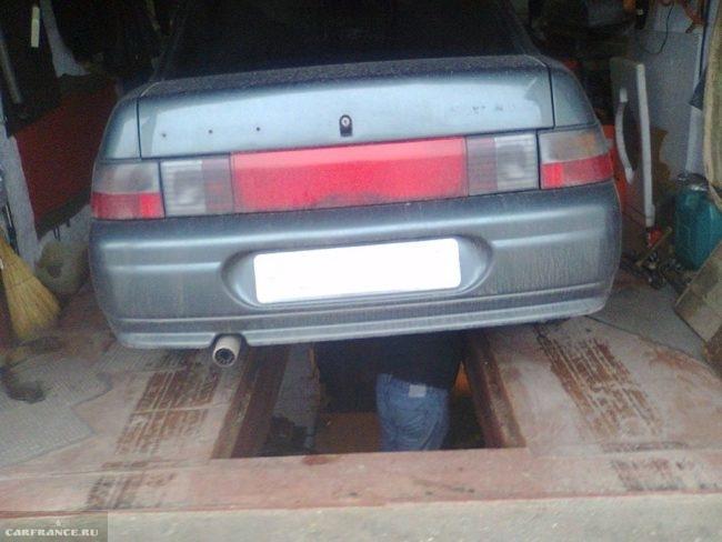 Автомобиль ВАЗ-2110 на смотровой яме в частном гараже