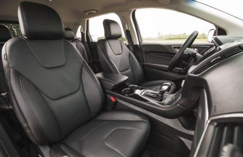 Водительское и пассажирской кресло внутри автомобиля Форд Эйдж 2018 модельного года