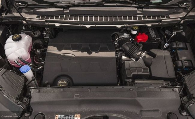 Силовой агрегат в моторном отсеке Форд Эйдж 2018 года производства