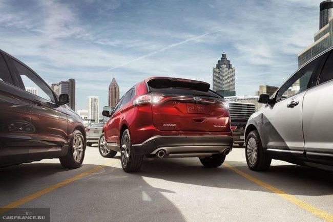Вид сзади на кроссовер среднего класса Форд Эйдж 2018 модельного года