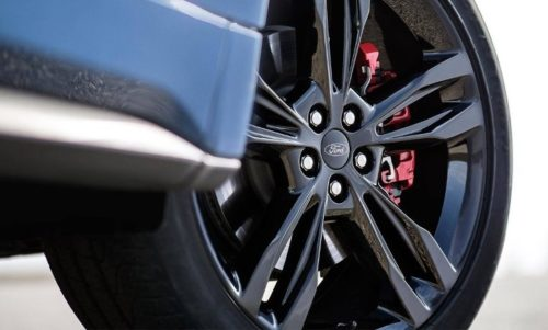 Колесо с литым диском на автомобиле Форд Эйдж 2018 модельного года