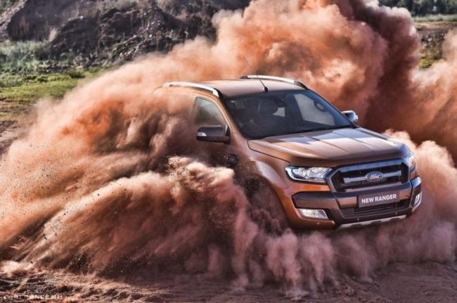 Американский внедорожник Форд Рейнджер 2018 модельного года в облаках пыли