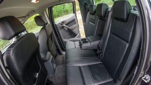 Ряд задних сидений в салоне внедорожника Форд Рейнджер 2018 года производства