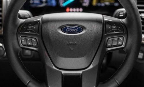 Рулевое колесо с дополнительными кнопками управления в Форд Рейнджер 2018 года производства