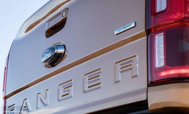 Логотип на задней дверце пикапа Форд Рейнджер