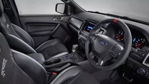 Передний ряд кресел внутри Форд Рейнджер Раптор 2018 модельного года