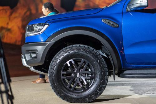 Переднее колесо с литым диском на пикапе Форд Рейнджер 2018 модельного года
