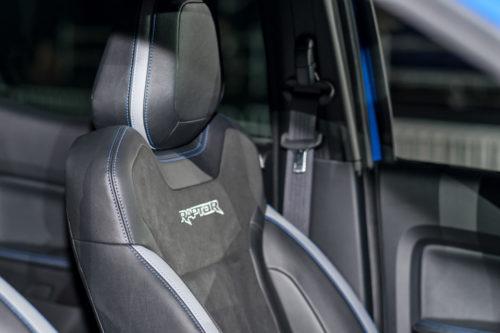 Переднее сидение спортивного типа в салоне пикапа Форд Рейнджер Раптор 2018 года производства