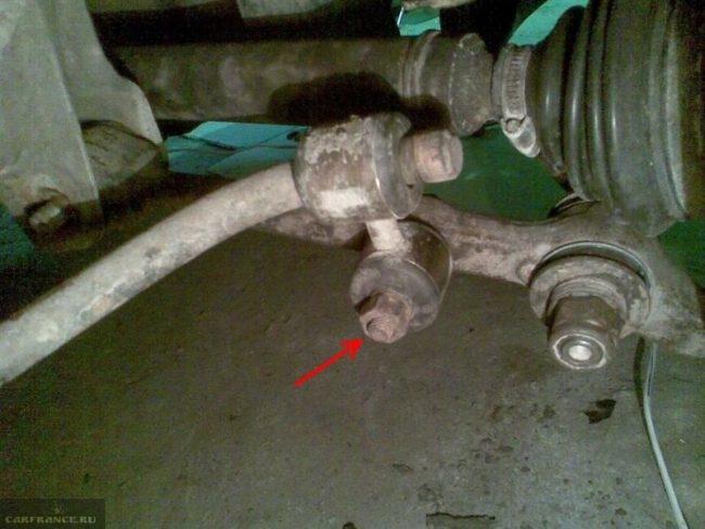 Гайка крепления стабилизатора к нижнему рычагу вблизи на автомобиле ВАЗ-2110