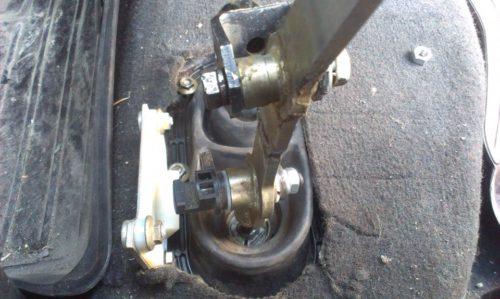Места сварки и точка крепления модернизированного рычага КП в ВАЗ-2110
