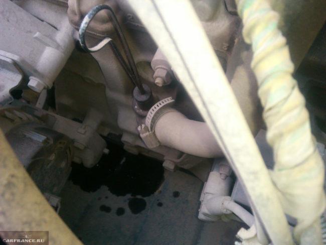 Масляные пятна на дождевике двигателя в ВАЗ-2110