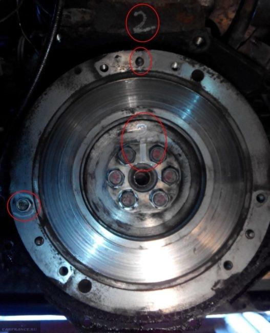 Метки на маховике и корпусе двигателя в ВАЗ-2110