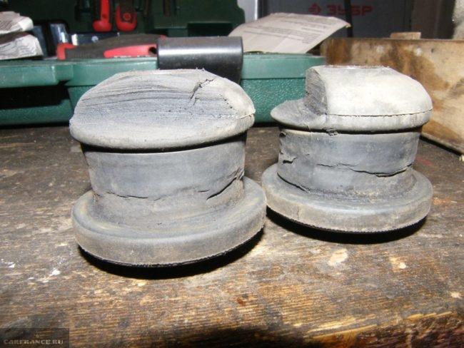 Старые обрезанные сайлентблоки, снятые с передней балки автомобиля ВАЗ-2110