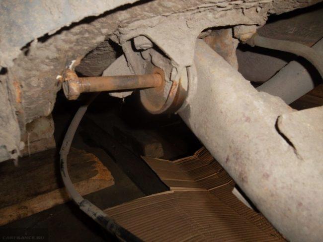 Ржавый болт крепления задней балки к корпусу автомобиля ВАЗ-2110