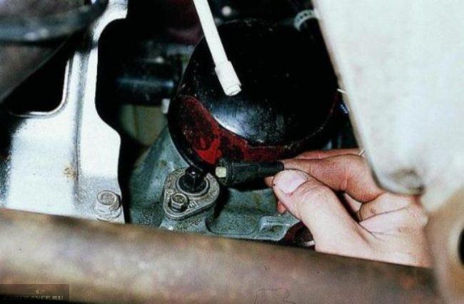 Демонтаж фишки питания датчика уровня масла ВАЗ-2110