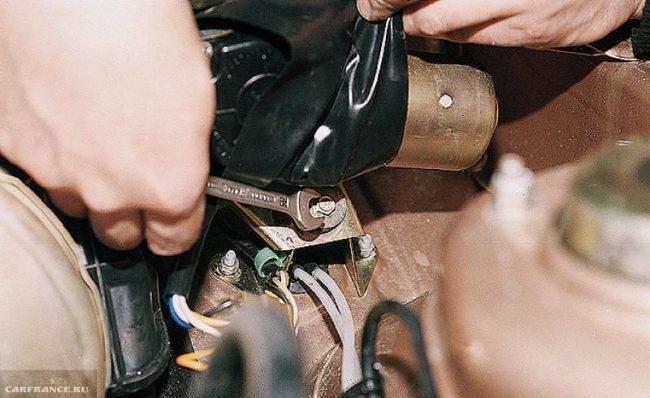 Крепления моторчика стеклоочистителя к кузову автомобиля ВАЗ-2110