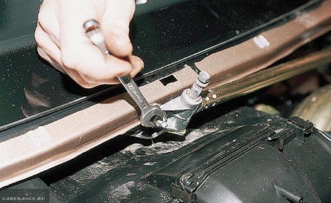 Узел крепления трапеции дворников нового типа в ВАЗ-2110, демонтаж своими руками