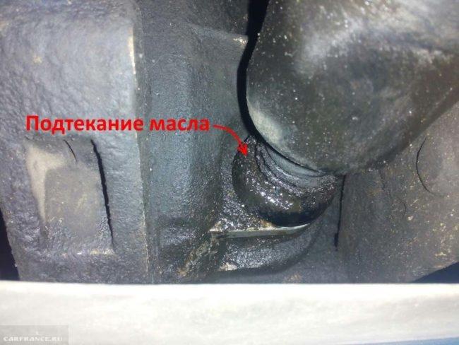 Следы подтекания масла из коробки передач через сальник кулисы в ВАЗ-2110