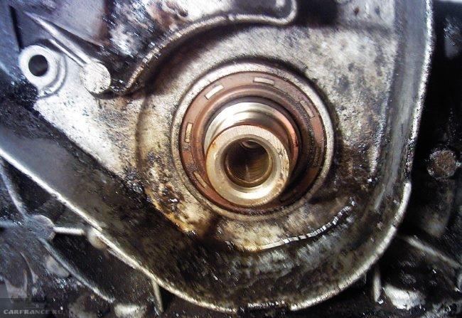 Замасливание корпуса двигателя вокруг сальника коленвала в ВАЗ-2110