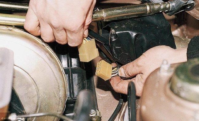Отсоединение клеммной колодки моторедуктора стеклоочистителя ВАЗ-2110