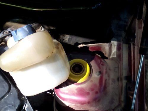 Расширительный бачок охлаждающей жидкости, сдвинутый в сторону для снятия трапеции дворников в ВАЗ-2110