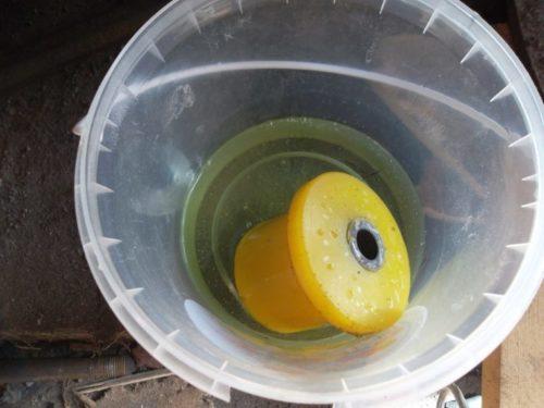 Полиуретановый сайлентблок в банке с маслом перед установкой в балку на ВАЗ-2110