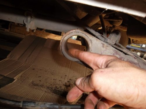 Нанесение мыльного раствора на место посадки заднего сайлентблока в ВАЗ-2110