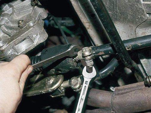 Узел крепления кулисы к шарниру под днищем автомобиля ВАЗ-2110