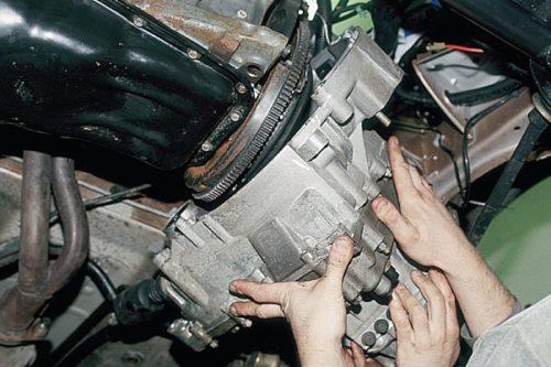 Снятие коробки передач ВАЗ-2110 вместе с помощником