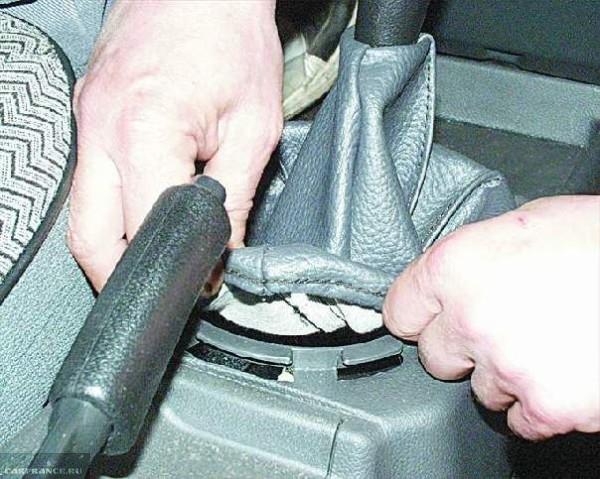 Снятие декоративного кожуха рычага коробки передач в автомобиле ВАЗ-2110