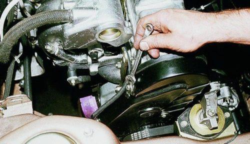 Боковой болт крепления крышки ГРМ в автомобиле ВАЗ-2110