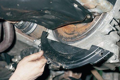 Демонтаж крышки картера сцепления в ВАЗ-2110