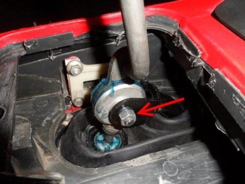 Узел крепления кулисы к рычагу коробки передач в салоне ВАЗ-2110