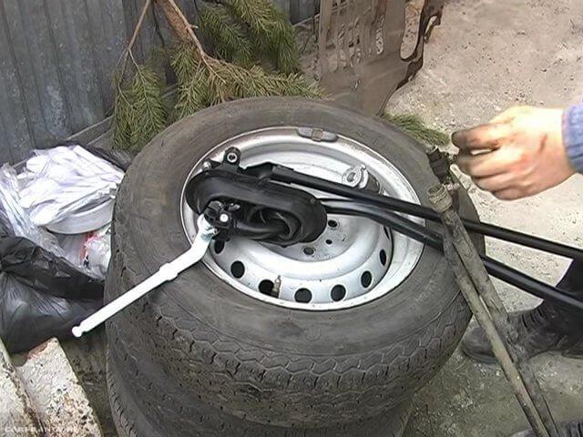 Снятая с автомобиля ВАЗ-2110 кулиса в сборе с реактивной тягой и рычагом