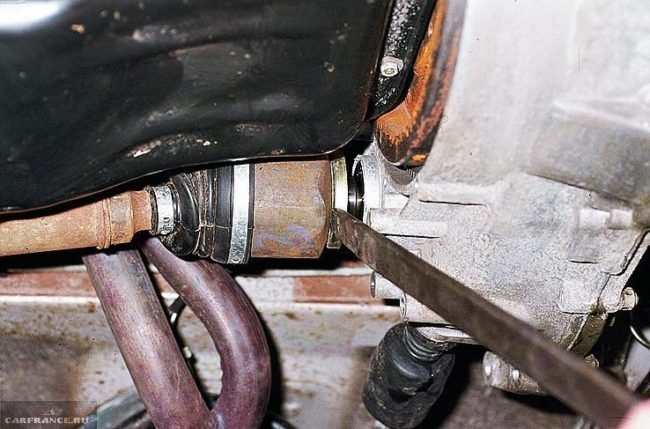 Вытаскивание внутреннего шарнира привода из коробки передач в ВАЗ-2110