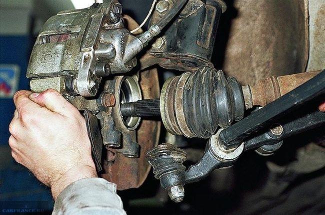 Вывод привода из поворотного кулака в ВАЗ-2110, шаровая опора откручена