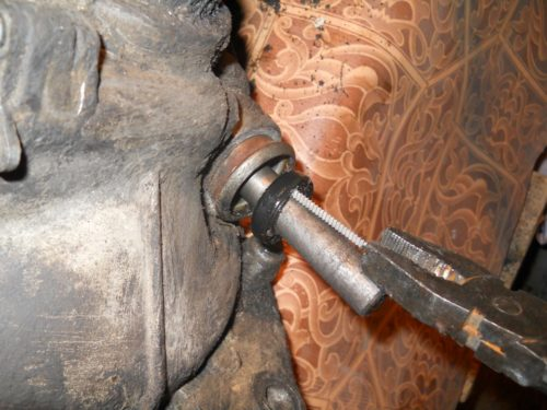 Демонтаж сальника кулисы коробки передач ВАЗ-2110 с помощью самореза