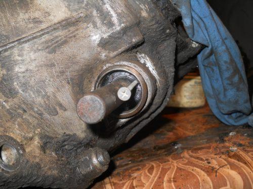 Саморез в качестве приспособления для демонтажа сальника кулисы КППП в ВАЗ-2110